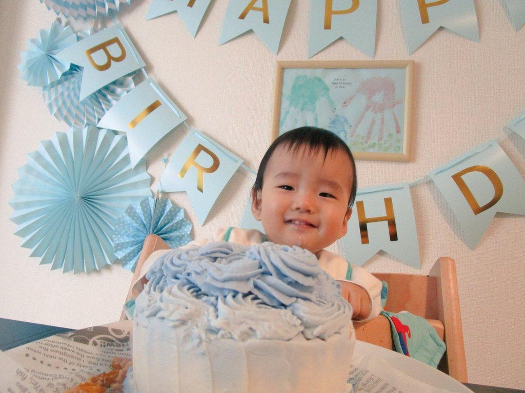 手作りの飾りつけとニコニコ笑顔で♪1歳のお誕生日にスマッシュケーキ