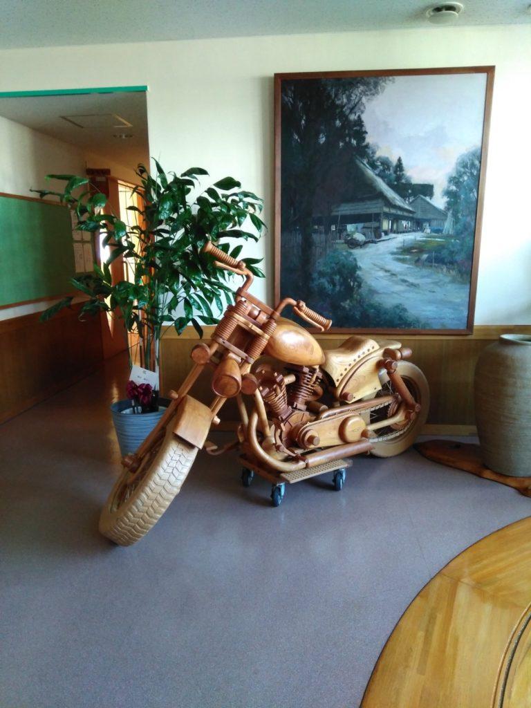 木彫りのバイクが!